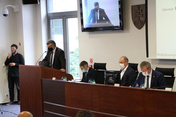 V budúcom mesiaci nastúpi na post hlavného kontrolóra Úradu TSK Pavol Zigo (pred rečníckym pultom)