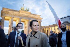 Bieloruská opozičná politička Sviatlana Cichanovská (uprostred) sa zdraví s podporovateľmi počas zhromaždenia pri Brandenburskej bráne v Berlíne.