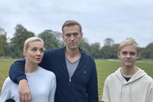 Ruský opozičný politik Alexej Navaľnyj (uprostred) so svojou manželkou Julijou a synom Zacharom na neznámom mieste v Nemecku.