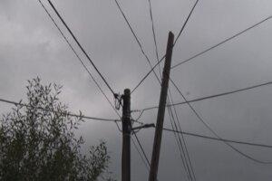 Takto sa stĺp opieral o elektrické vedenie.