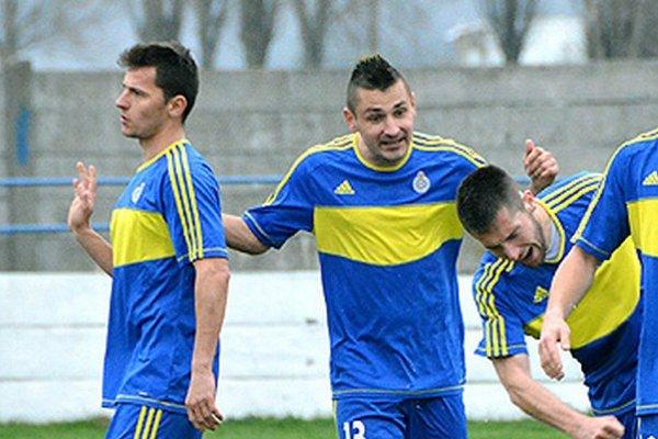 Jediný gól vo Vrábľoch strelil Zečevič (vpravo), blahoželá mu Tužinský.