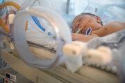 Predčasne narodené detí mávajú problémy s pľúcami.