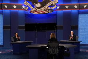 Americká viceprezidentská kandidátka Kamala Harrisová (vľavo) a viceprezident USA Mike Pence (vpravo) tlieskajú po viceprezidentskej debate v Salt Lake City.