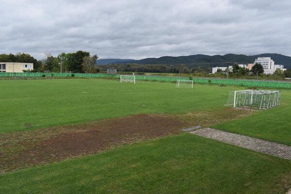 Na futbalovom ihrisku vyrastie mestský atletický areál.