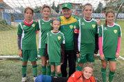 Levičanky so svojim trénerom. Zľava: Viktória Kissová, Ema Hajková, Sofia Baltazárová, Milan Bridiš, Hanka Repiská, Zoja Šebová aležiaca Rebeka Tarišková.