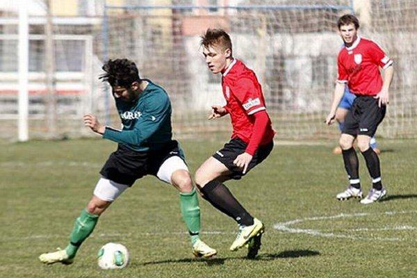 ČFK Nitra prehral s Kolárovom 0:3. V červenom drese v strede Marek Hrnčár.