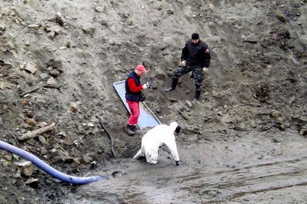 Vo štvrtok začala polícia hľadať v bahne dôkazy.