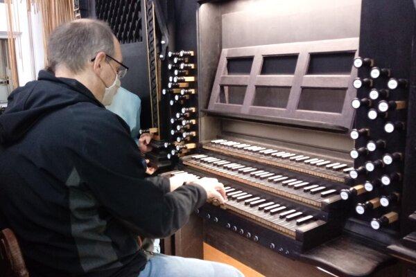 Gabriel Bies skúša svoju prácu.