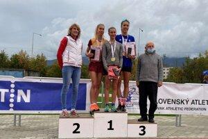 Medailistkám gratulovali Lucia Hrivnák Klocová (vľavo) a Alexander Lilge.