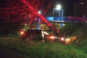 Záchranári našli auto prázdne, neďaleko bol zranený 28-ročný muž.