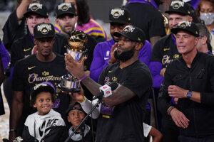 LeBron James s cenou pre najužitočnejšieho hráča finále NBA.