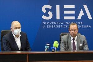 Generálny riaditeľ Slovenskej inovačnej a energetickej agentúry (SIEA) Peter Blaškovitš (vpravo) a podpredseda vlády a minister hospodárstva SR Richard Sulík.