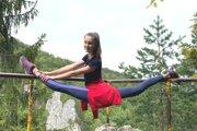 Xénia Kilianová na Jánošíkových dierach v Terchovej. Nie, nie je to fotomontáž.
