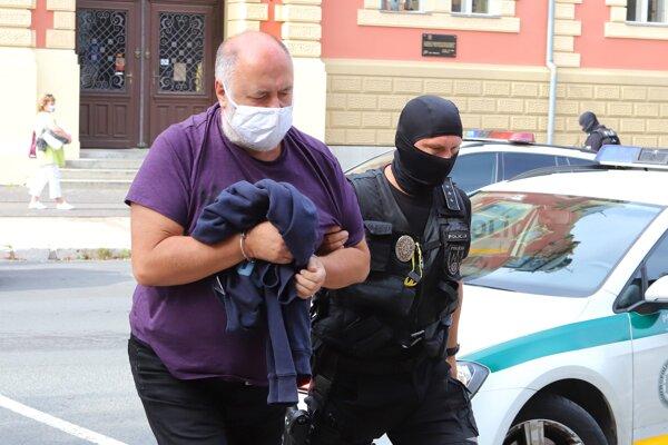 Pavol Polka v rukách polície.