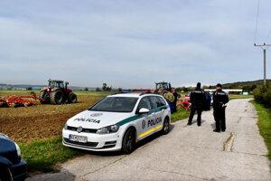 Na pole bola privolaná hliadka polície. Farmári žiadali zastaviť práce.
