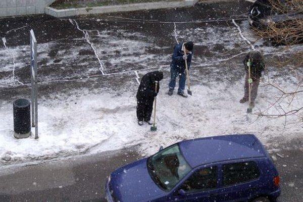 Začiatkom minulého týždňa sme videli troch mužov sekať ľad aj na autobusovej zastávke na Párovskej ulici.