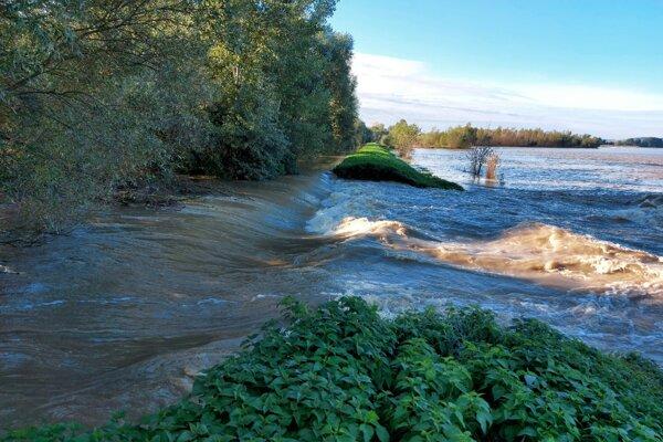 Voda poškodila hrádzu na asi 15 metrov dlhom úseku.