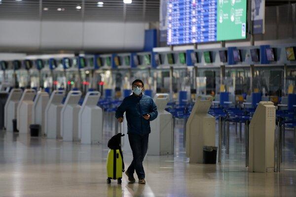 Pasažier na letisku v Aténach.