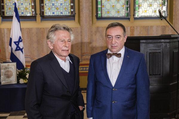 Režisér Roman Polanski pózuje so Stanislawom Buchalom, ktorý prevzal v mene svojich zosnulých starých rodičov čestné vyznamenanie Spravodliví medzi národmi za záchranu Romana Polanského pred holokaustom počas II. svetovej vojny na ceremónii v židovskom pamätnom centre v Gliwiciach na juhu krajiny.