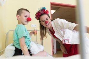 Nemocniční klauni chodia za deťmi priamo na oddelenie, čo však v čase pandémie nie je možné.