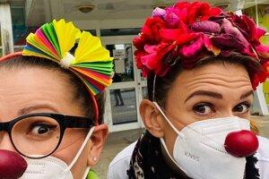 Klauni chodili počas pandémie do nemocníc s respirátormi.