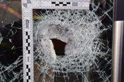 Zlodej sa pri  rozbíjaní bezpečnostných dvier zranil. V predajni zanechal krvavú stopu.