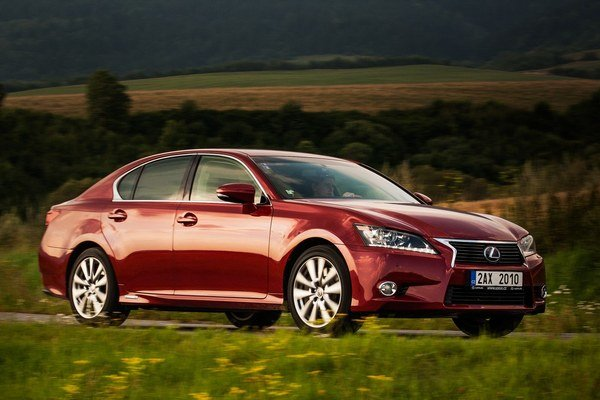 Lexus GS 450h dosiahne pri bežnom jazdení spotrebu 7,6 litra benzínu na 100 kilometrov. Zároveň ponúka celkový výkon 345 koní.