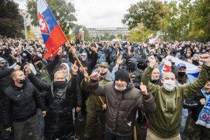 Protestujúci pred Úradom vlády SR počas neohlásenej protivládnej demonštrácie v Bratislave.