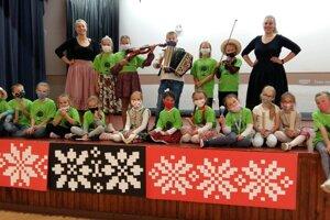 Spoločná fotografia detí a dvoch lektoriek z Poľska.