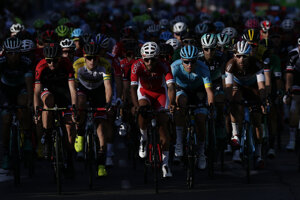 Cyklisti na pretekoch Vuelta 2020.