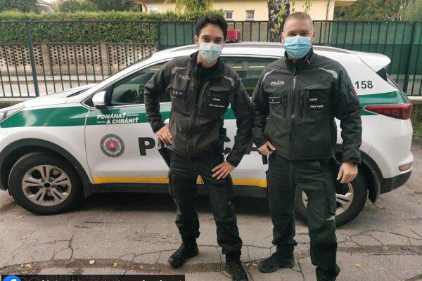 Dvaja policajti zachránili vo Dvoroch nad Žitavou život mladému mužovi.
