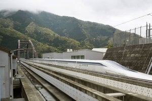 Na snímke japonský vlak typu, ktorý je najrýchlejším osobným vlakom na svete, prekonal  v utorok 21. apríla 2015 svoj vlastný rýchlostný rekord, keď počas testovacej jazdy dosiahol rýchlosť 603 kilometrov za hodinu.