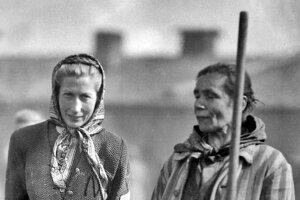 Ženy po oslobodení koncentračného tábora Bergen-Belsen, 1945, ilustračná fotografia