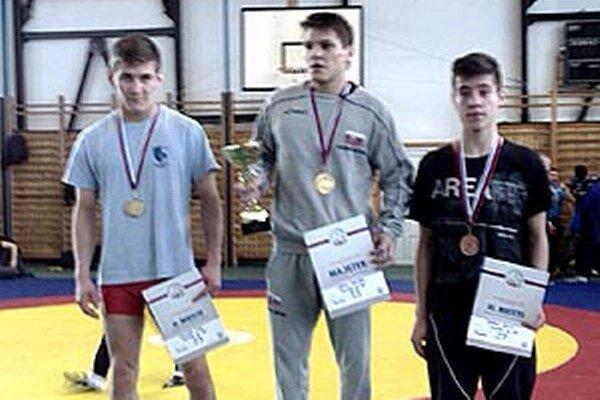 Vľavo strieborný Ivan Molnár v kategórii juniorov do 60 kg.