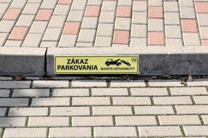 Takto sú označené súkromné parkovacie miesta pred obytným súborom, ktoré mali byť verejné podľa vedenia mesta za vtedajšieho primátora Richarda Rašiho.