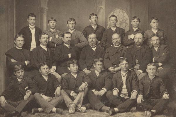 Absolventi s profesorským zborom, šk. rok 1883/1884.