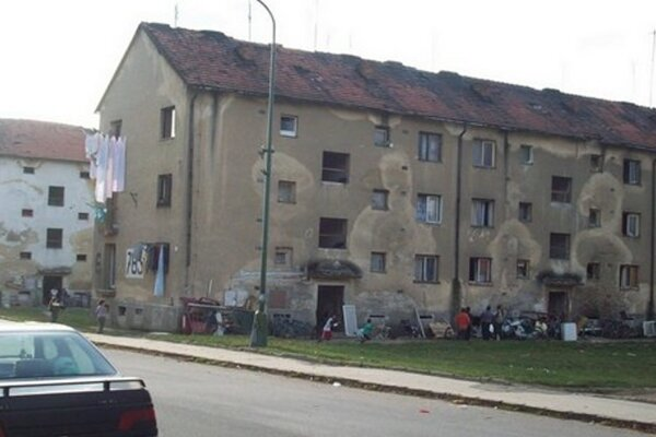 V bytových domov na ulici K nemocnici žije rómska komunita.