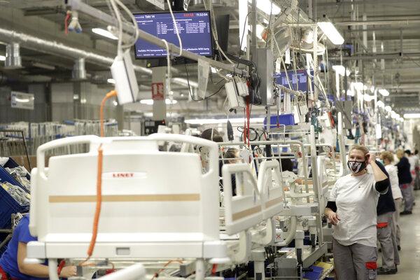 Montáž nemocničných lôžok vo fabrike v českom meste Slaný.