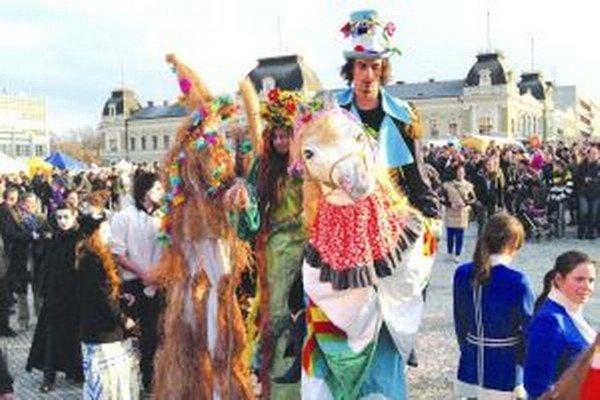 Takto sa ľudia zabávali v sprievode počas vlaňajších fašiangov.