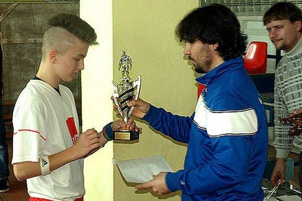 Hlavný organizátor Martin Čulák blahoželá Matúšovi Bírovi, kapitánovi víťazných Lužianok.