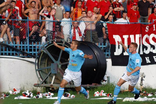 Najkrajší zápas jesene. Tak výhru 3:2 s Trnavou (29. júl 2007) označila uznávaná publikácia 101 futbalových sezón, ktorá mapuje dejiny FC Nitra. Z gólu Jana Grubera (vľavo) na 1:0 sa utekal pred sektor Spartaka tešiť i Tomáš Janíček (vpravo).