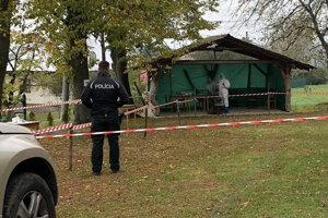 Polícia asistuje v odberných miestach v Bardejove.