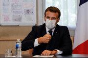 Francúzsky prezident Emmanuel Macron počas návštevy jednej z parížskych nemocníc.