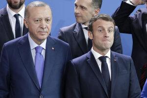 Turecký prezident Recep Tayyip Erdogan a francúzsky prezident Emmanuel Macron na snímke z januára 2020 z konferencie o Líbyi v Berlíne.