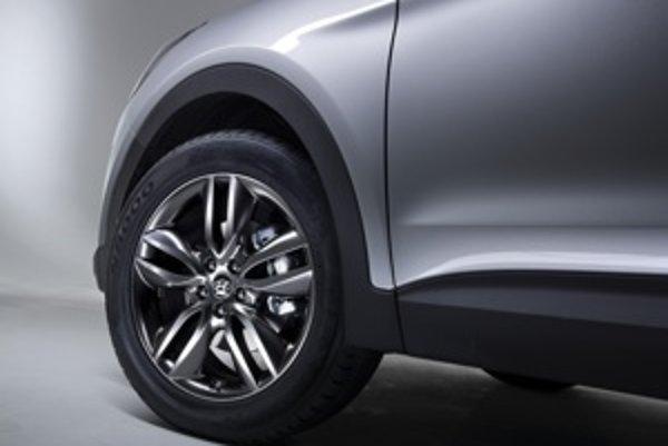 Podobne ako v modeloch i30 aj pri SantaFe sa automobilka pohrala s dizajnom kolies.