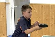 V II. triede hrá aj Sebastián Hlošek, ktorý reprezentuje klub STK Levice D.