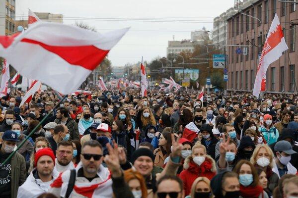 V Bielorusko opäť vyšli do ulíc desaťtisíce ľudí.
