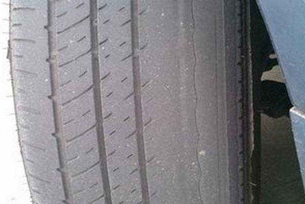 Odborník neodporúča použiť na aute pneumatiku, ktorej dezén na najviac zjazdenom mieste nedosahuje aspoň 3 mm hĺbky.