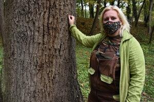 Františka Mudra v parku pri dube, ktorý vyschol a do novembra ho zrežú.