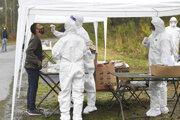 Odber vzorky z nosa prostredníctvom antigénového testu počas pilotného testovania v obci Bardejovská Zábava v okrese Bardejov.